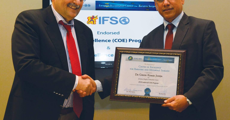 Dr. Girish Juneja receiving Surgeon of Excellence Award